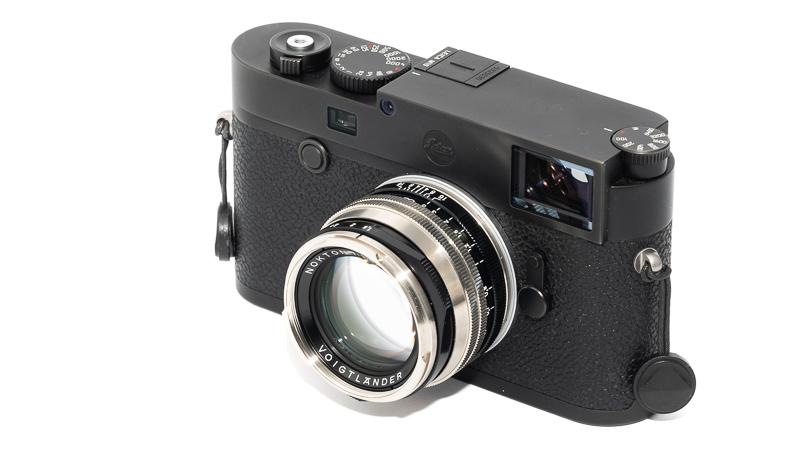 Voigtländer VM 50mm 1.5 II MC Vintage with lens hood attached on Sony A7rII